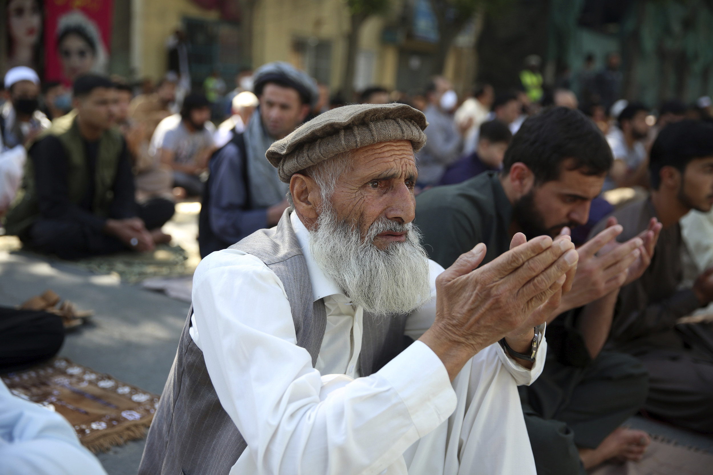 Afghan gov't to free 900 prisoners; Taliban may extend truce