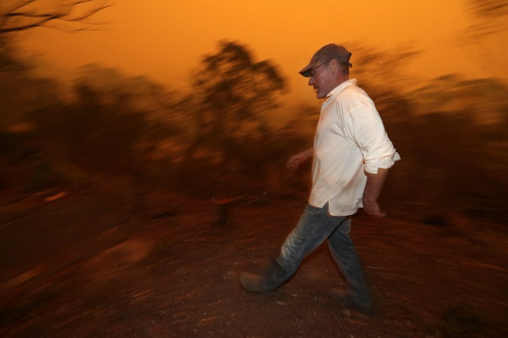 Some in path of Australian wildfires refuse to leave